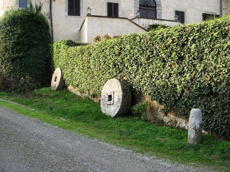 замок Гальбино - жернова