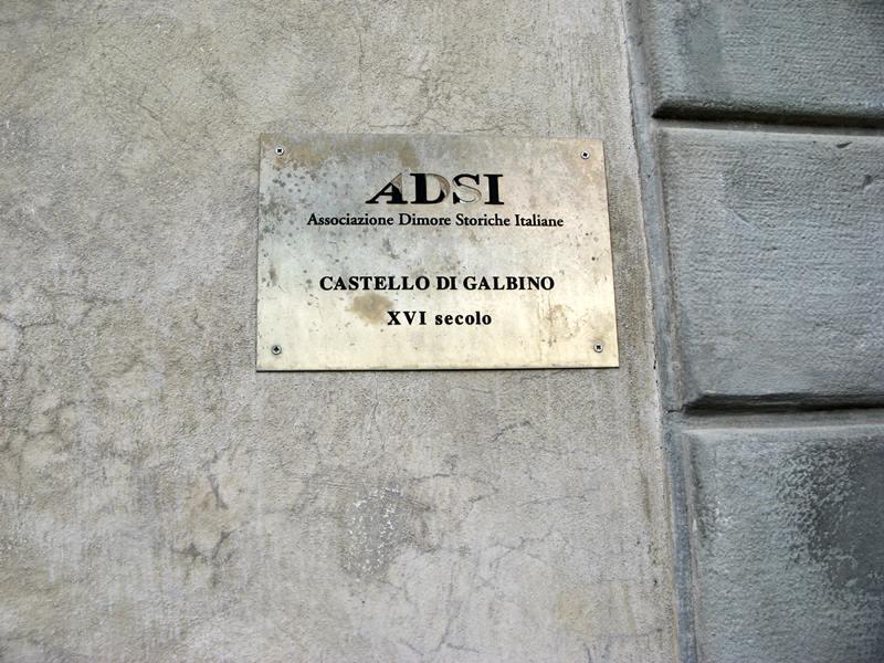 табличка у входа в хамок Гальбино
