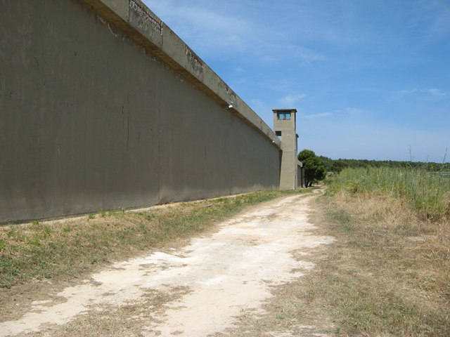 ostrov-pyanoza-остров-пьяноза-тюремная-стена