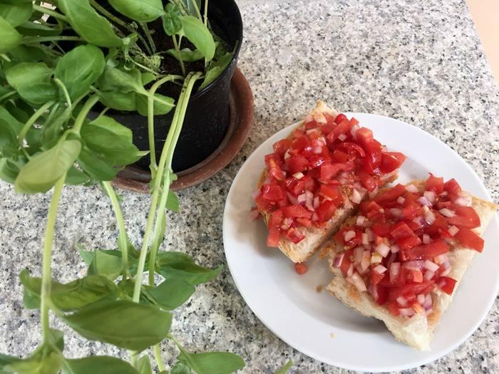 кростини с помидорами