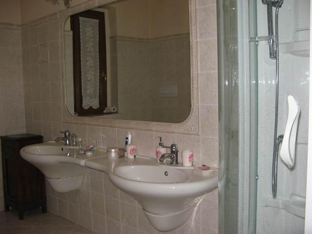 Туалетная комната с душевой кабиной