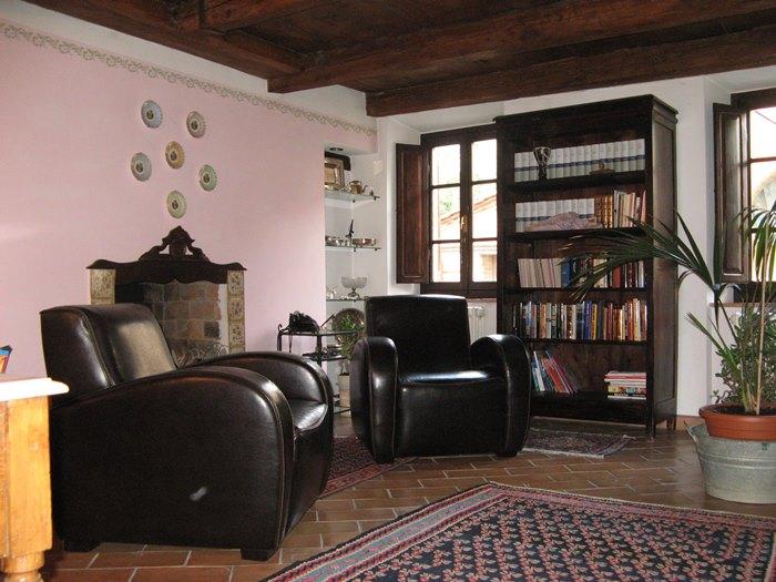 продажа дома: антикварная мебель в гостиной