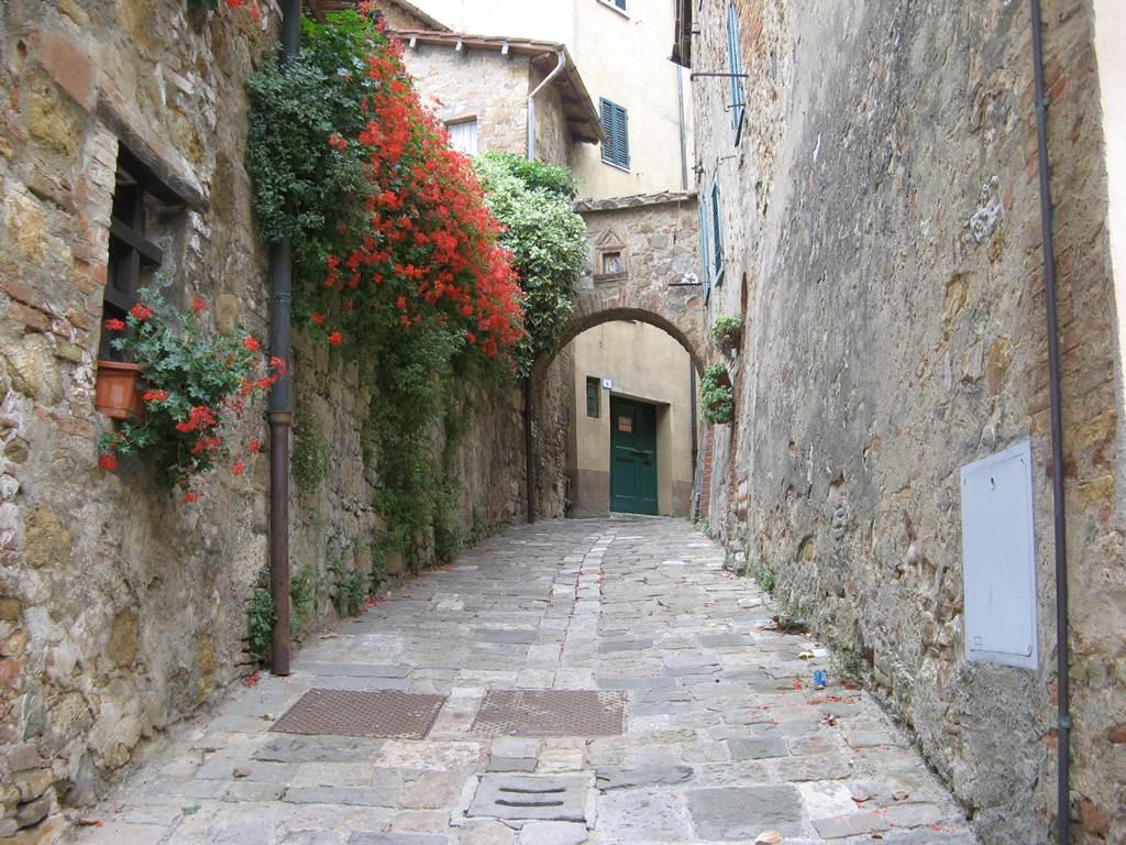 Улочка Сан Квирико Дорча, украшенная цветами