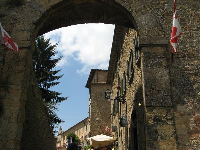 центральный вход в крепость Монтериджони