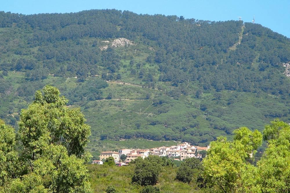 Вид на Сант Иларио из Марина ди Кампо