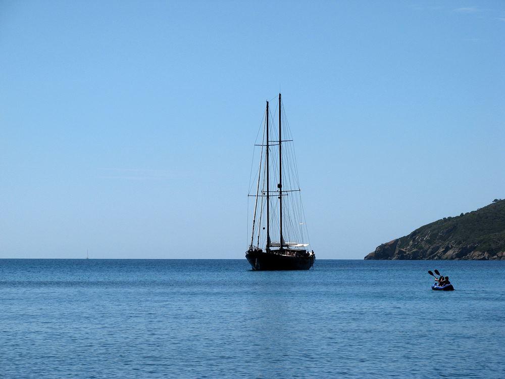 К пляжу подходят кораблики