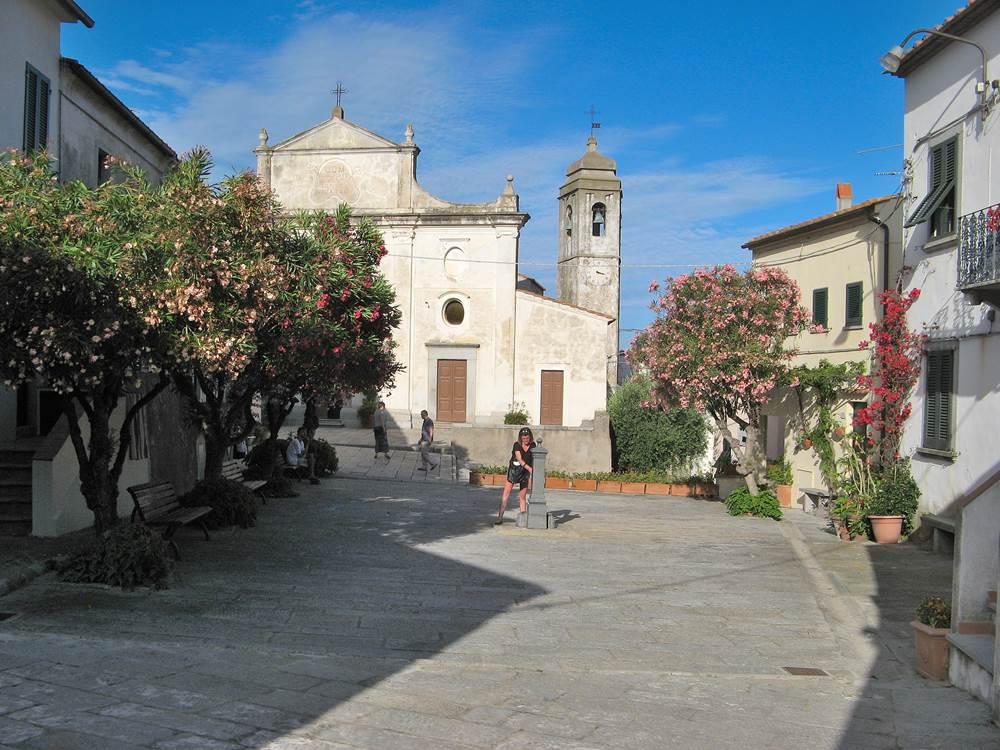 Площадь с церковью в Сант Иларио на Эльбе