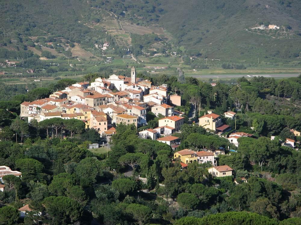 Вид на Сант Иларио с площадки возле башни Сан Джованни