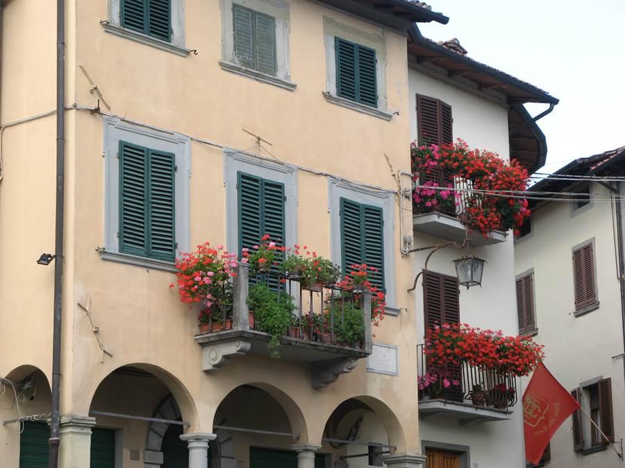 как итальянцы украшают цветами балконы