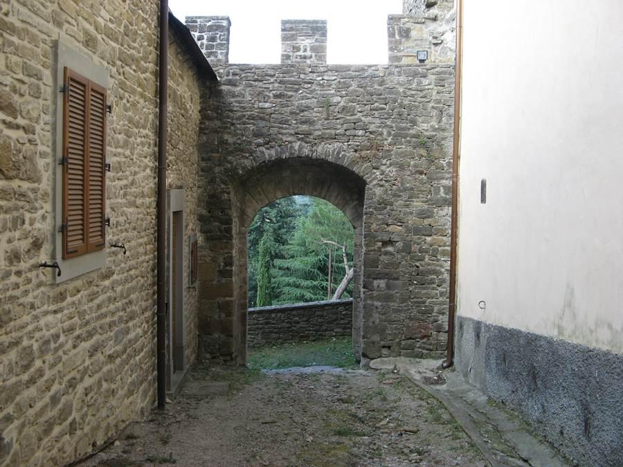 вход в Поппи в крепостной стене