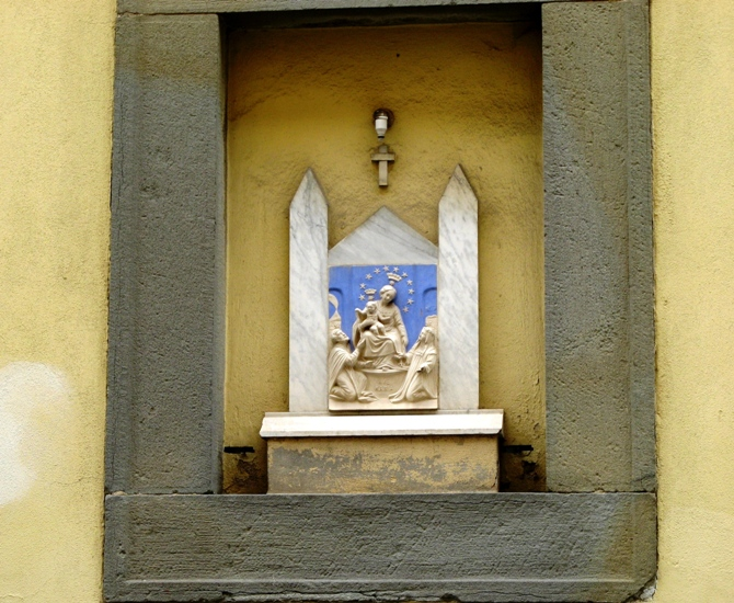 скульмтура в нише дома