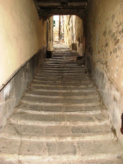 улочка-лестница в Кортоне