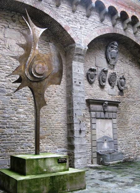 современная скульптура в Кортоне
