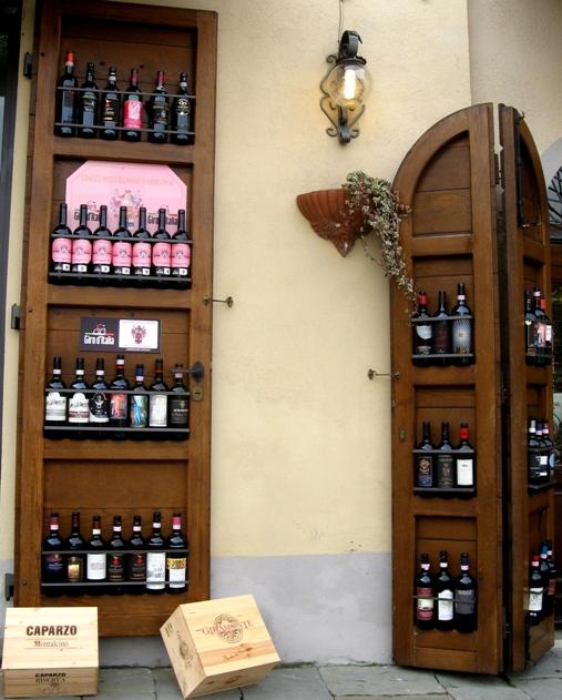 Монтальчино: витрина в винном магазине
