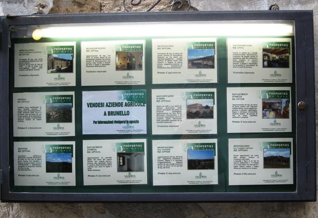 витрина агентства недвижимости в Монтальчино