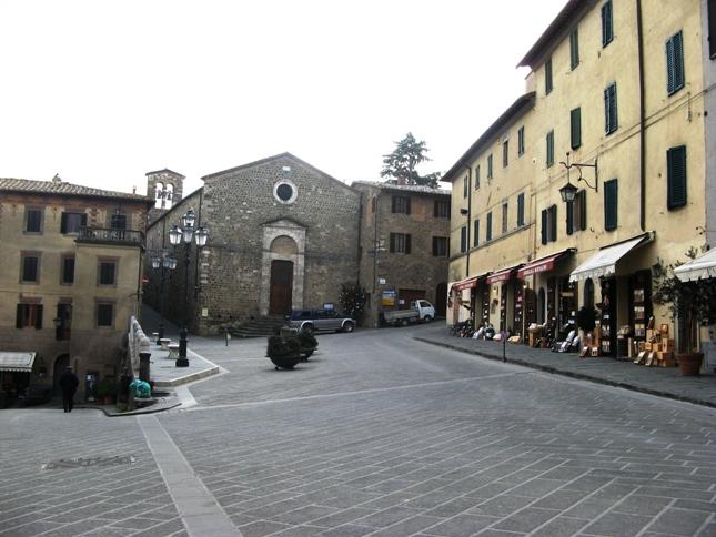 Монтальчино: площадь с винными магазинами