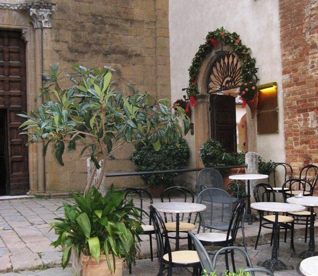 столики из кафе на улице в Пьенце
