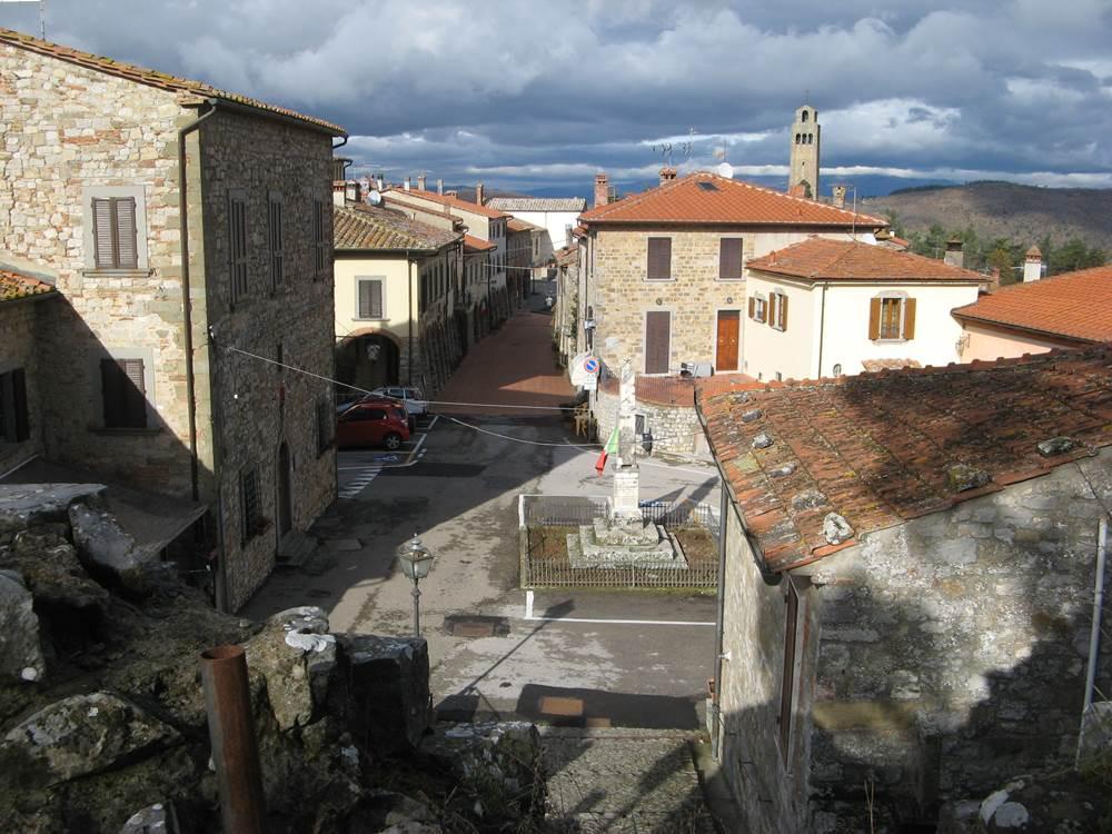 Вид а центральную улицу тосканского городка со стороны Крепости
