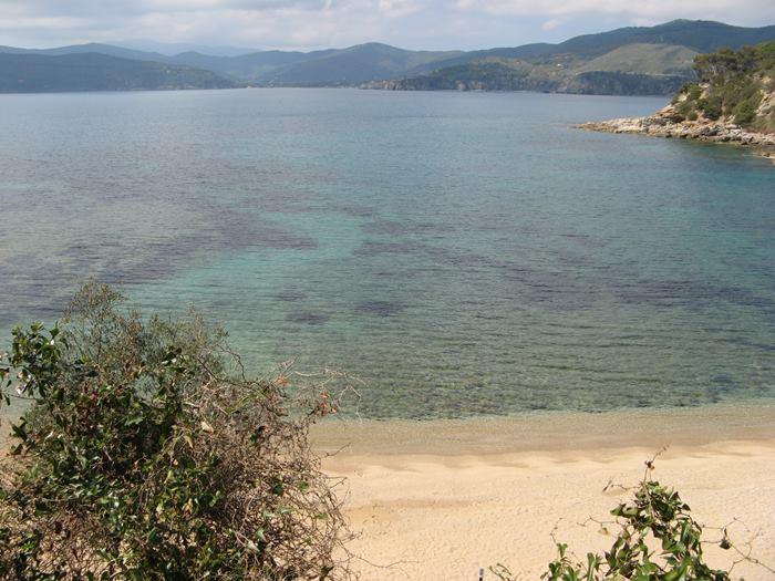 цвет морской воды в районе пляжа Дзуккале