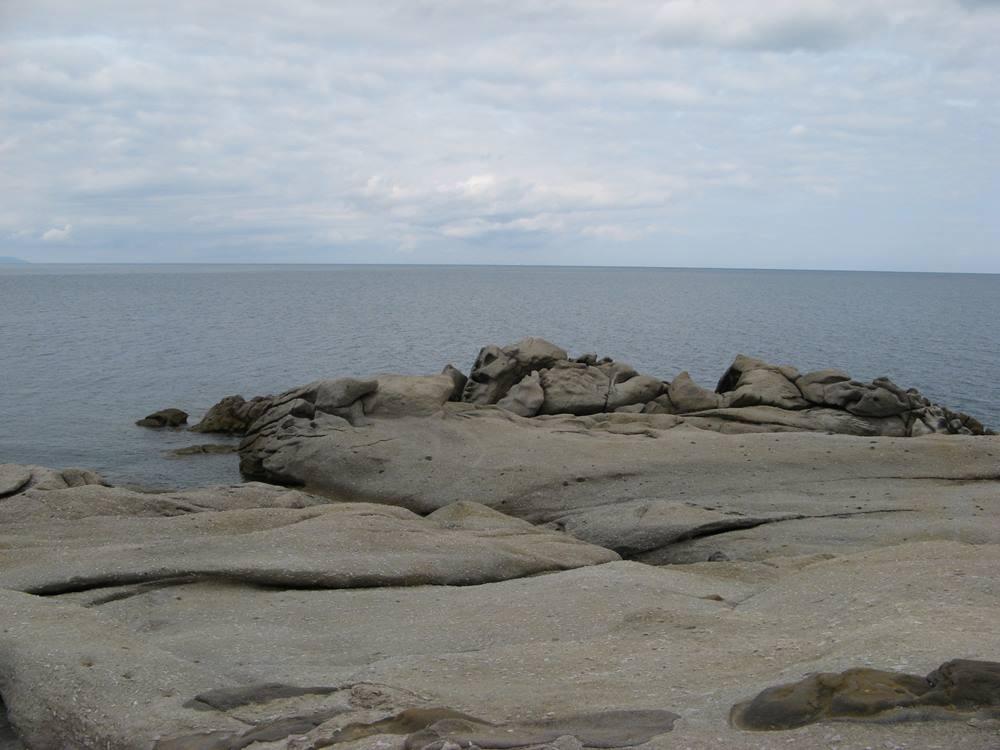 пляж Сант Андреа: гранитная площадка в левой части пляжа.
