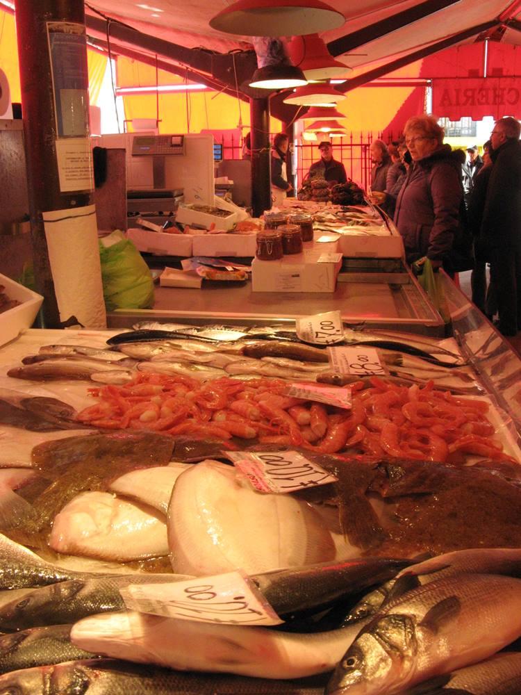 первые покупатели на рыбном рынке