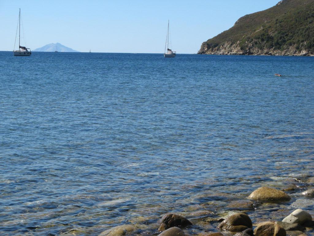 кораблики и Монтекристо напротив пляжа Гиаиэто
