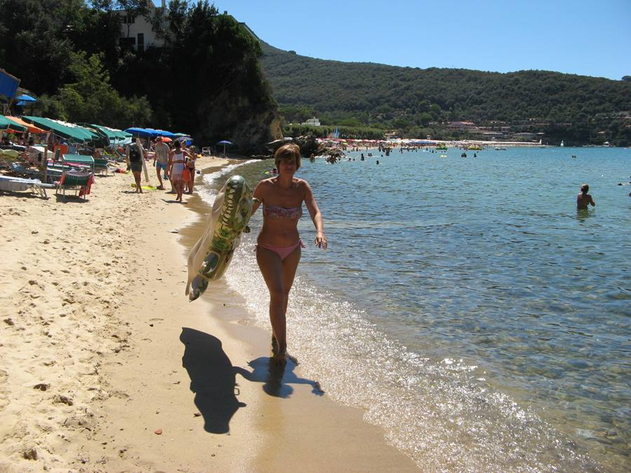 отдыхающие на пляже Скальери