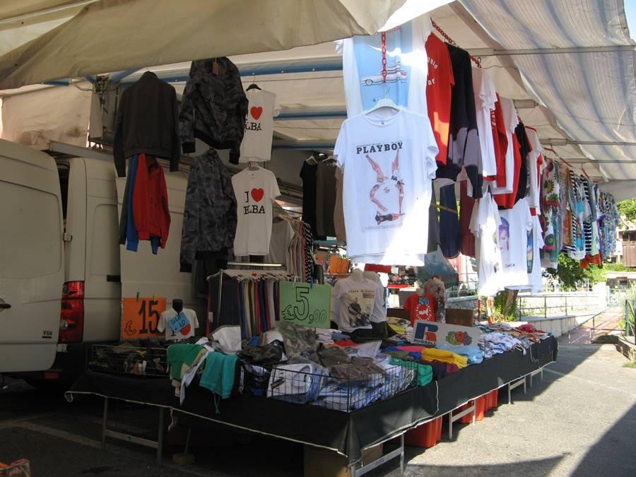 IMG_7398продажа одежды на рынке в Италии