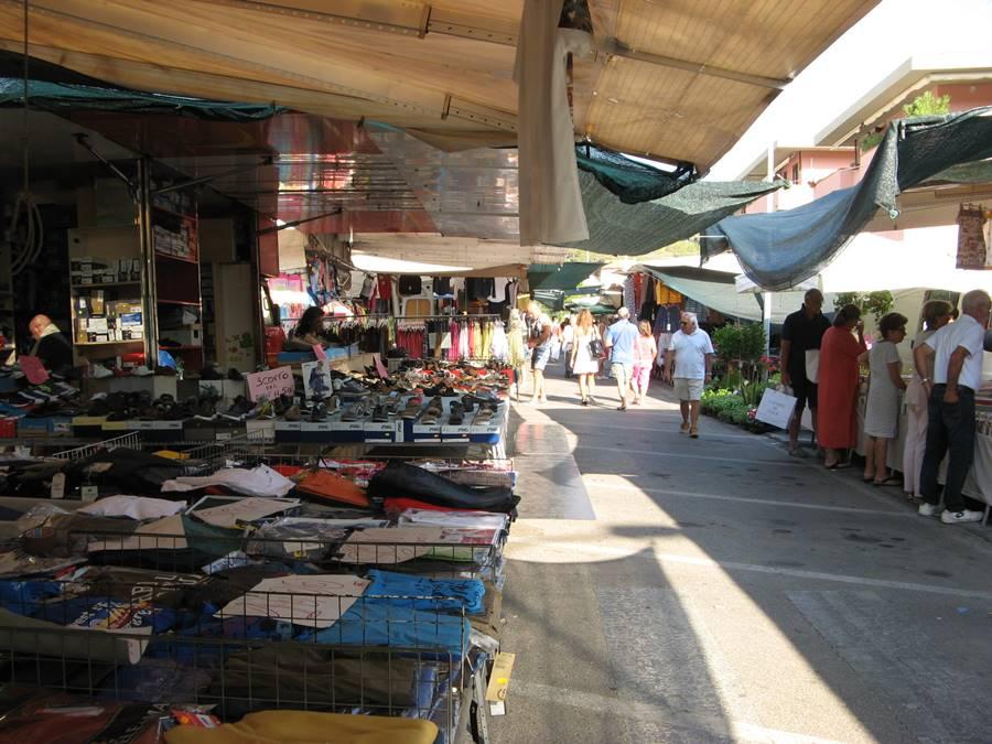 торговые ряды с одеждой на рынке