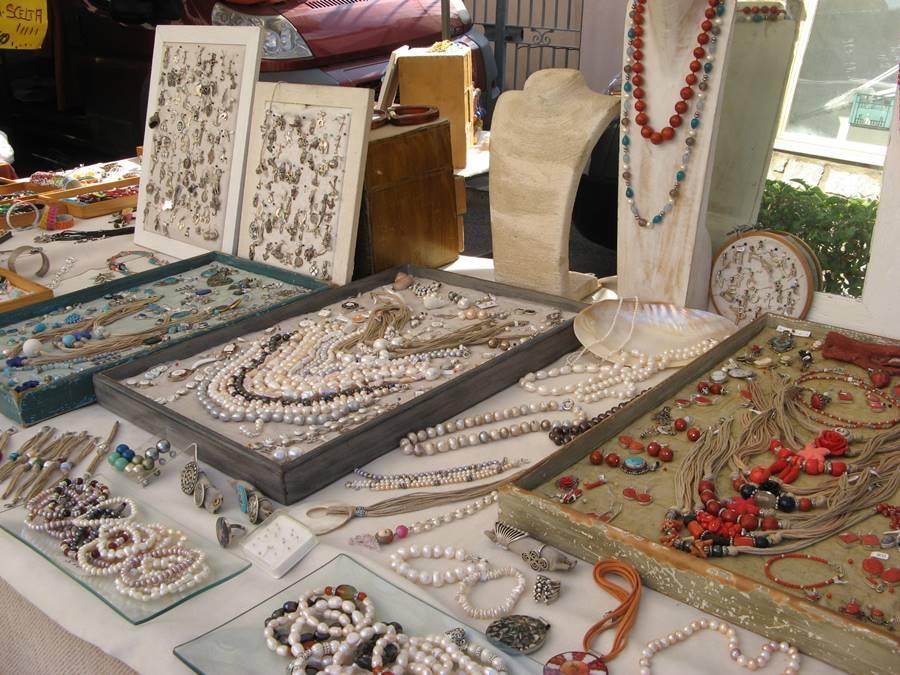 продажа бижутерии на рынке в Италии