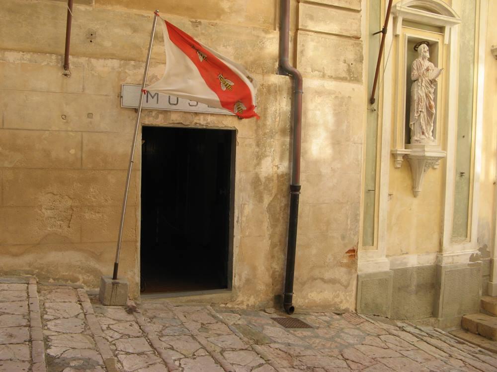 вход в музей Мизерикордиа в Портофераййо на острове Эльба