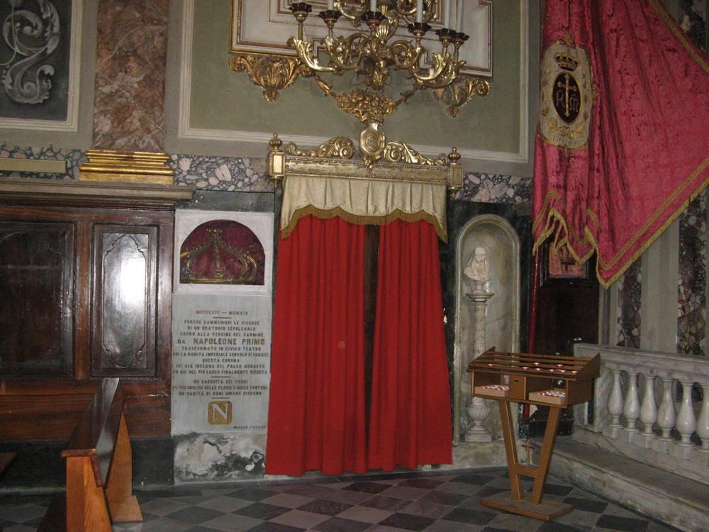 Деревянная позолоченная корона в церкви Мизерикордиа в Портоферрайо