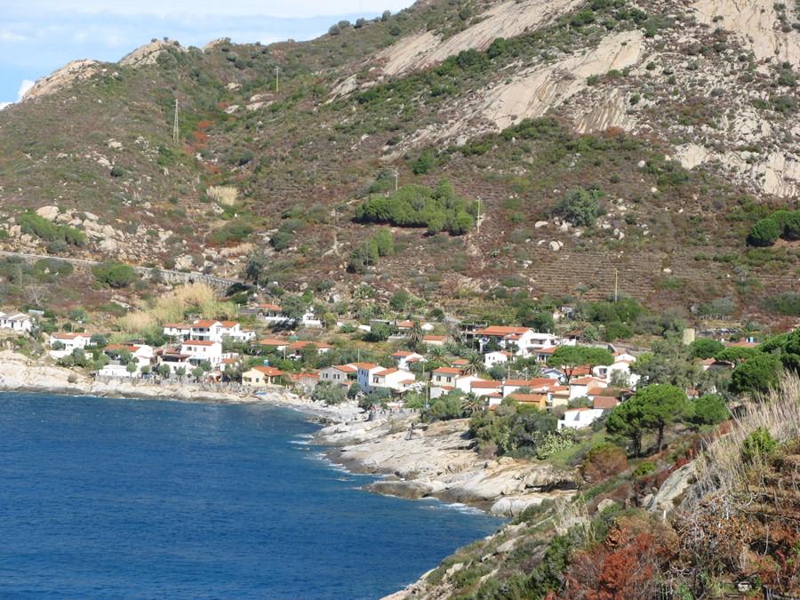 вид на пляж Секкетто и одноимённый посёлок на острове Эльба