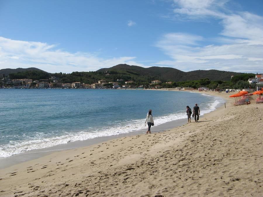 Правая часть песчаного пляжа в Марина ди Кампо на острове Эльба