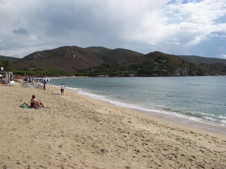 Левая часть пляжа в Марина ди Кампо