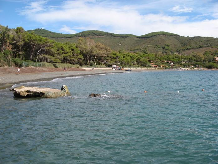 камень разделяет пляж на две части