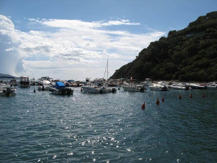 правая сторона пляжа и порт