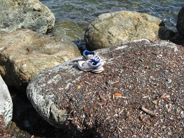 забытые на пляже кроссовки