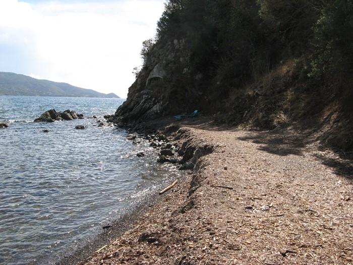 оставленный лежак на пляже