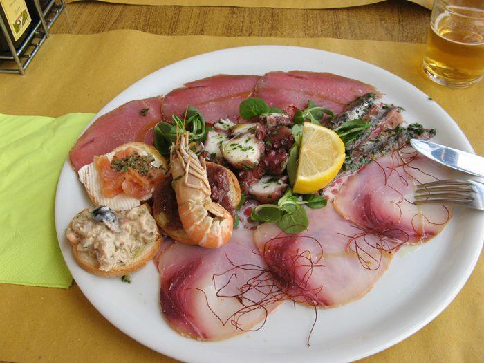 рыбное антипасто в итальянском ресторане