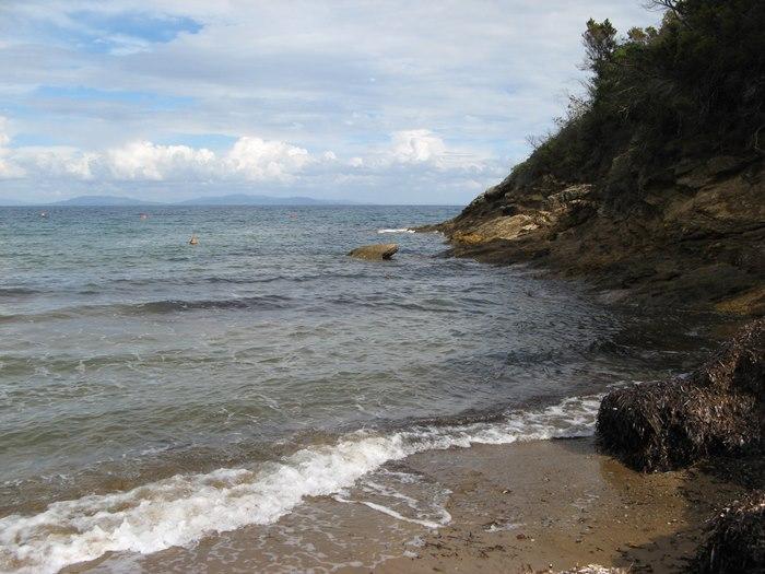 Стракколиньо: скалы в правой части пляжа