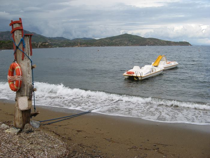 после туристического сезона на пляже Каланова