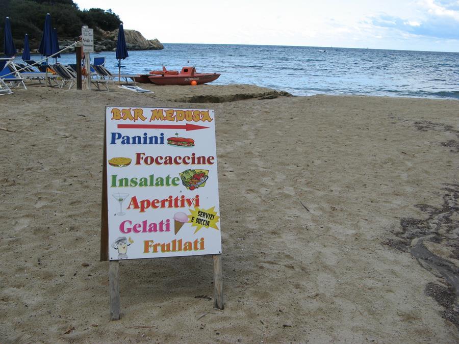 бар на пляже приглашает гостей