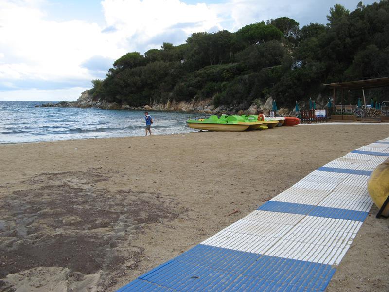 правая часть пляжа Спартая, если стоять лицом к морю