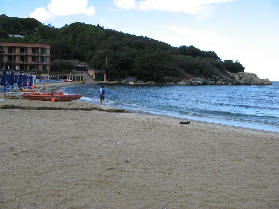 левая часть пляжа Спартая, если стоять лицом к морю