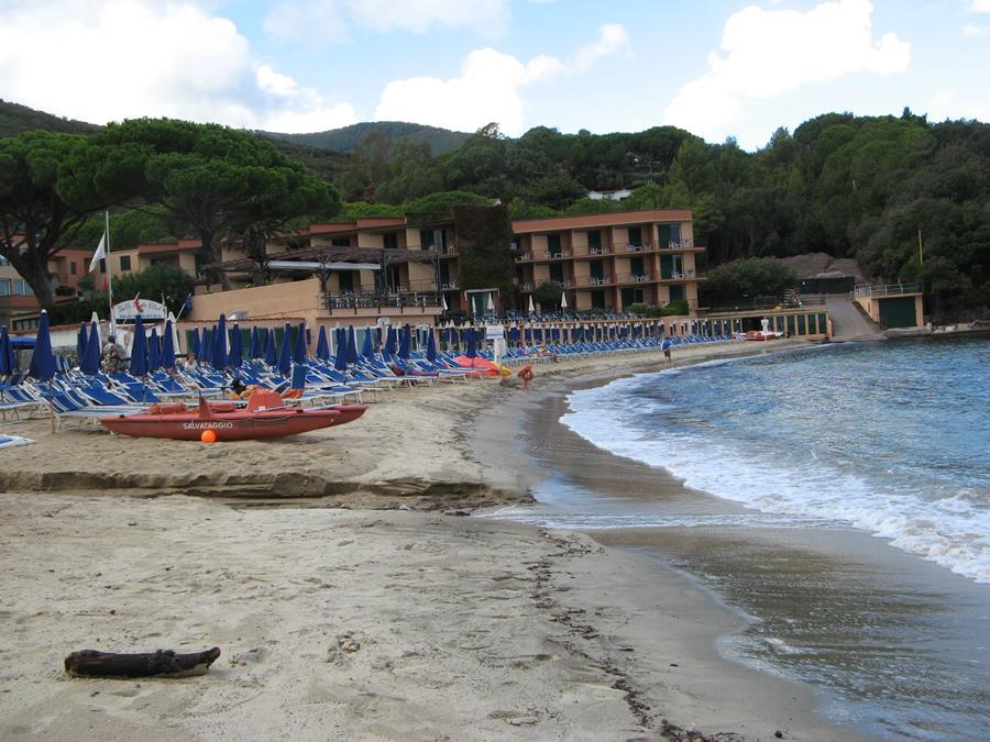 ручей разделяет пляж Спаттая на платный и бесплатный