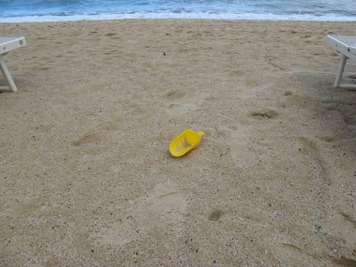 забытый на пляже Проккио совок