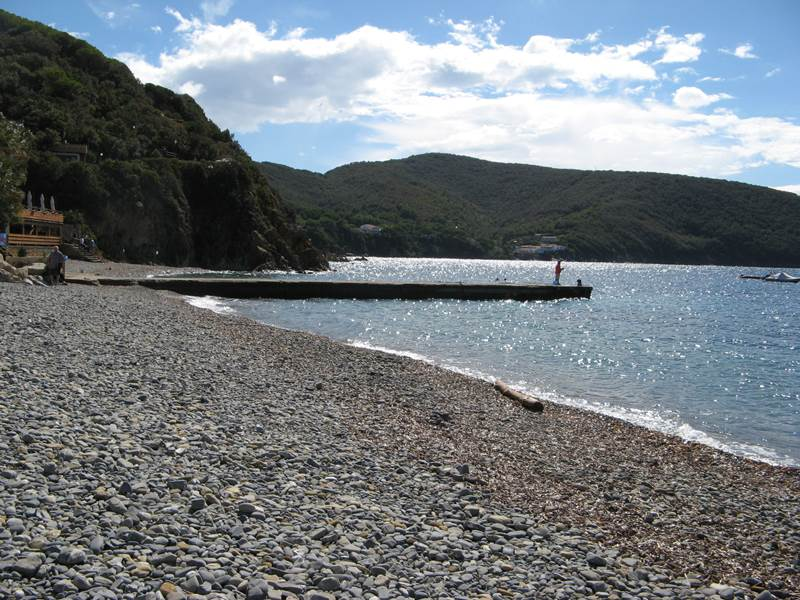 левая часть пляжа Эмфола с причалом