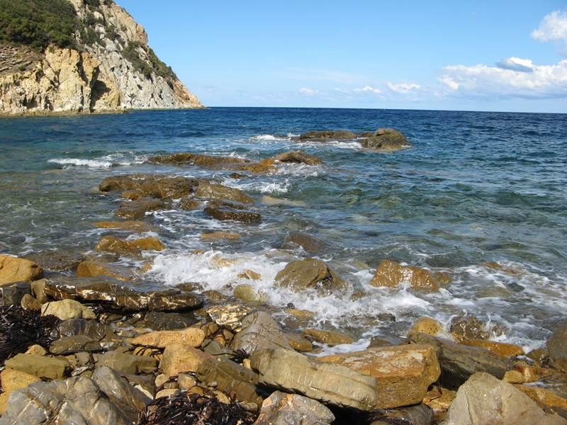 валуны у северного пляжа на Эмфоле