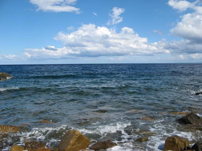 вид с пляжа Эмфоли на итальянское побережье